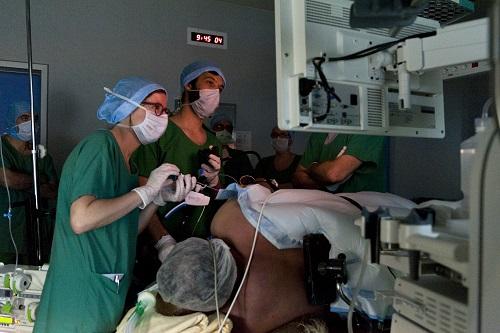 Les Drs Anne Olivier et Arthur Berger lors d'une sleeve endoscopy le 11 juin 2018 au CHU d'Angers