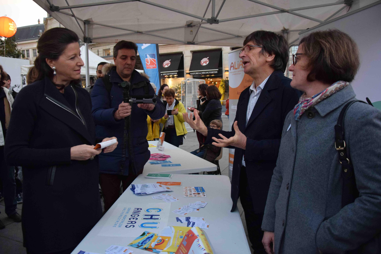 Agnès Buzyn, la ministre de la Santé, échange avec les membres de l'Unité de coordination de tabacologie du CHU Angers
