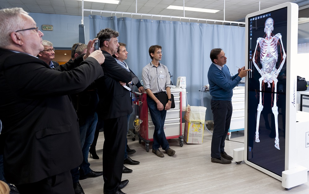 le Pr. Mercier devant la table d'anatomie numérique au centre de simulation du CHU et de l'université d'Angers